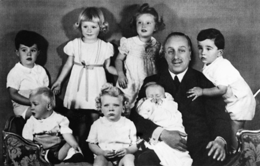 The King of Spain and his grandchildren.