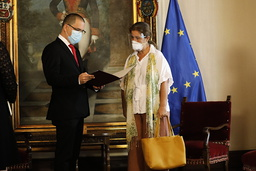EUs ambassadør til Venezuela, Isabel Brilhante Pedrosa, mottok brevet der hun erklæres som «persona non grata» fra utenriksminister Jorge Arreaza på hans kontor i Caracas onsdag. Foto: Ariana Cubillos / AP / NTB