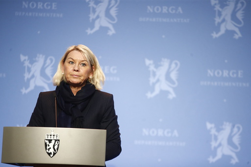 Justis- og beredskapsminister Monica Mæland sier målet er å teste alle på selve grensa. Foto: Terje Pedersen / NTB