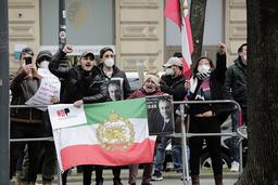 Iranske opposisjonelle demonstrerte denne uka utenfor Grand Hotel i Wien der atomsamtalene pågår bak lukkede dører. Foto: Lisa Leutner / AP / NTB