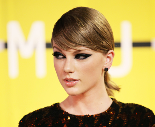 Taylor Swift arrives at the 2015 MTV Video Music Awards in Los Angeles