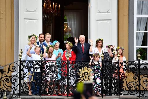 Kongefamilien ankommer hagefesten i stiftgårdsparken i Trondheim torsdag ettermiddag.