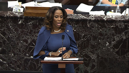Stacey Plaskett, en av demokratene som fører saken mot Donald Trump, taler i Senatet. Foto: Senate Television via AP / NTB