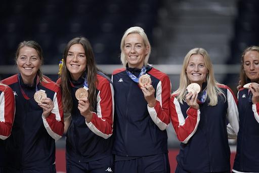 Katrine Lunde (nummer tre fra venstre) med bronsemedaljen hun fikk i Tokyo-OL søndag. Det er hennes fjerde OL-medalje, og hun fikk æren av å være norsk flaggbærer under avslutningsseremonien. Foto: Stian Lysberg Solum / NTB