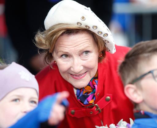 Kong Harald og dronning Sonja deltar på folkefesten på Stortorget og overværer Labb og Line-barneløpet lørdag.