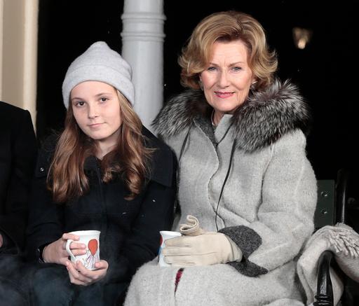 Prinsesse Ingrid Alexandra og dronning Sonja drikker gløgg av kopper prinsesse Astrid har malt og spiser pepperkaker utenfor lysthuset på Slottet i forbindelse med julefotografering tirsdag ettermiddag.