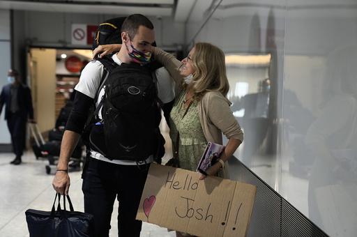 Debbie Greaves klemmer sønnen sin Josh som har kommet med et fly fra Sverige. De to har ikke sett hverandre på ni måneder. Foto: Matt Dunham / AP