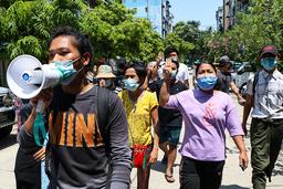 Unge demonstranter fortsetter å marsjere i blant annet Yangon selv om over 600 mennesker skal være drept. Foto: AP / NTB