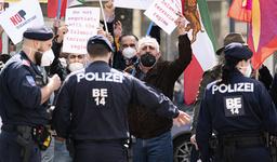 Eksil-iranere protesterer utenfor hotellet i Wien der det denne uken ble forhandlet om en gjenoppliving av den internasjonale atomavtalen med Iran, som USA trakk seg fra i 2018. Foto: Florian Schrötter / AP / NTB
