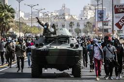 Senegalesiske soldater ankommer for å bistå politiet under demonstrasjoner i hovedstaden Dakar fredag. Foto: Sylvain Cherkaoui / AP / NTB