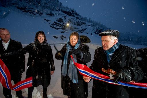 Statsminister Erna Solberg her flankert av Alta-ordfører Monica Nielsen og regionvegsjef Torbjørn Naimak åpnet tirsdag parsellen Møllenes-Jansnes med et kraftig rapp med samekniven.