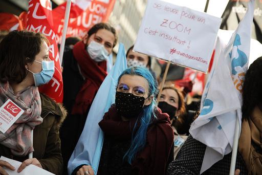 Studenter i Pais demonstrerte onsdag for retten til fysisk undervisning. Studentene sier de ikke lenger orker ensomheten og usikkerheten koronatiltakene har ført til. Foto: Christophe Ena / AP / NTB