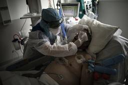 I Frankrike får nå nærmere 6.000 alvorlig syke pasienter behandling på intensivavdelinger, her fra et sykehus i Marseille. Arkivfoto: Daniel Cole / AP / NTB