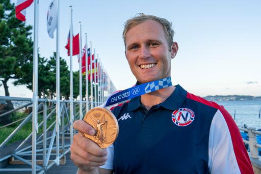 Seiler Hermann Tomasgaard med bronsemedaljen i Enoshima Yacht Harbour. Foto: Heiko Junge / NTB