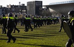 Det har vært flere demonstrasjoner mot det nasjonale portforbudet i Nederland, her rykker portforbud ut for å stanse en protest mot koronatiltak i Amsterdam sist søndag. Foto: Peter Dejong / AP / NTB