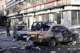 En afghansk regjeringssoldat holder vakt i området der bilbomben gikk av tirsdag kveld. Foto: AP / NTB