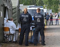 Politifolk ved et mottakssenter for asylsøkere i Eisenhüttenstadt i Tyskland tidligere i måneden. Foto: DPA / AP / NTB