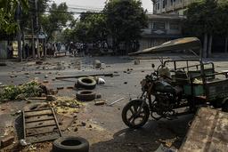 Daglig demonstrerer folk i protest mot kuppet mot landets lovlig valgte regjering. Slik så det ut i gatene i Mandalay tirsdag der demonstranter satte opp barrikader mot opprørspoliti. Foto: AP / NTB