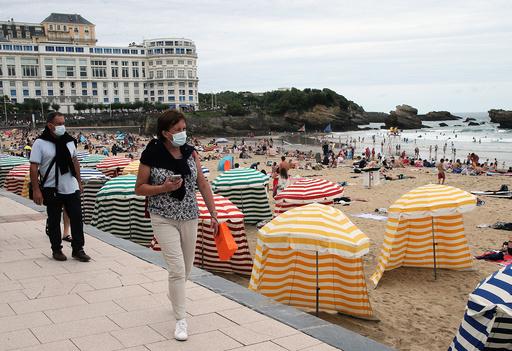 Flere franske turistmål blir underlagt nye smittevernrestriksjoner. I flere kystområder, som her i Biarritz, blir det påbud om munnbind, mens myndighetene på Korsika har iverksatt en kriseplan for å håndtere raskt økende koronasmitte. Foto: Bob Edme / AP / NTB