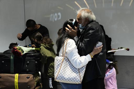 Heathrow lufthavn i London var full av følelsesladde gjenforeninger mandag morgen. En far kysser datteren sin som akkurat har ankommet England fra North Carolina i USA. Foto: Matt Dunham / AP / NTB