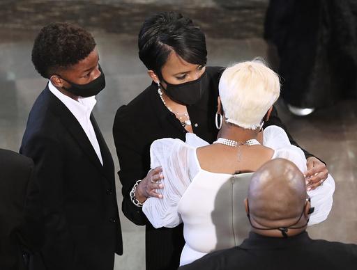 Atlantas ordfører Keisha Lance Bottoms trøster enken til Rayshard Brooks som ble skutt av politiet, lunder begravelsesseremonien. Foto: Curtis Compton / AP / NTB scanpix
