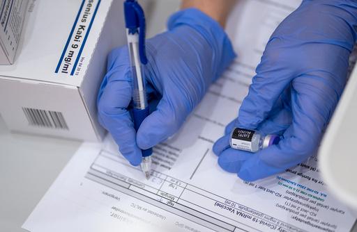 Sarpsborg 20210113.  Onsdag startet Covid-19 vaksineringen av helsearbeidere ved Sykehuset Østfold Kalnes. Vaksinen er Pfizer BioNtech. Foto: Gorm Kallestad / NTB