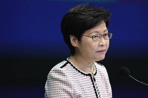Hongkongs politiske leder Carrie Lam kunngjorde mandag at obligatorisk vaksinering av blant annet lærere og helsearbeidere i bystaten. Foto: Vincent Yu / AP / NTB