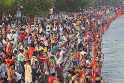 Religiøse samlinger, som denne feiringen ved Ganges i byen Haridwar, er en del av forklaringen på den voksende smitten i India. Karma Sonam / AP / NTB