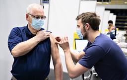 En person får koronavaksine på et vaksinasjonssenter i Arena Nord i Frederikshavn mandag. Foto: Henning Bagger / Ritzau Scanpix via AP / NTB