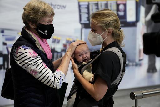 Susan Handfield møter barnebarnet sitt Charlotta for første gang på Heathrow lufthavn. Datteren Eva har akkurat ankommet fra Berlin i Tyskland. Foto: Matt Dunham / AP / NTB