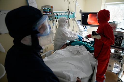 Helsepersonell på jobb på et sykehus i Moskva tidligere denne uka. Foto: Aleksander Zemlianitsjenko / AP / NTB