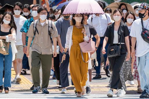 Befolkningen i Tokyo bruker munnbind for å beskytte seg mot koronaviruset. Foto: Heiko Junge / NTB