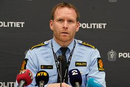 Politiinspektør Per Thomas Omholt redegjorde for utviklingen i drapssaken på Kongsberg mandag ettermiddag. Foto: Terje Bendiksby / NTB