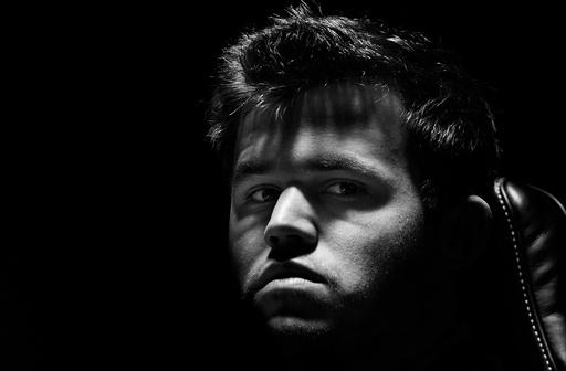 Magnus Carlsen (bildet) og Viswanathan Anand spiller det ellevte partiet i sjakk-VM søndag..