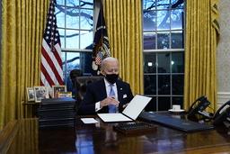 USAs president Joe Biden undertegnet onsdag en presidentordre om at USA igjen skal slutte seg til Parisavtalen. Foto: Evan Vucci / AP / NTB
