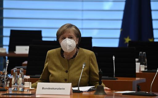 Tysklands statsminister Angela Merkel holdt regjeringens ukentlige møte tirsdag. På møtet godkjente regjeringen nasjonale koronaregler, ifølge DPAs kilder. Foto: John MacDougall / AP / NTB