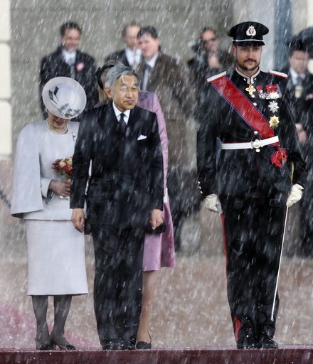 Japanese Emperor Akihito and Norwegian Crown Prince Haakon listen to the national anthems of their countries in Oslo