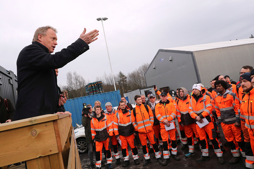 Dagens bilde fra NTB scanpix. Byrådsleder Raymond Johansen (Ap) ønsker de ansatte fra Veireno velkommen til Renovasjonsetaten på et møte i Alnabru mandag ettermiddag.