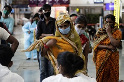 Folk står i testkø i Mumbai lørdag i India, som er rammet av en ny smittebølge. 1 million av landets befolkning på 1,3 milliarder mennesker har testet positivt for koronaviruset på én uke. Foto: Rajanish Kakade / AP / NTB