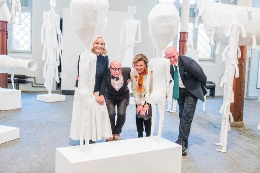 Kunstutstilling med Killi Olsen-skulpturer.