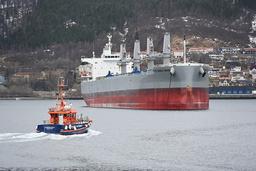 Skipet Pepple Bech, som er rammet av koronautbrudd, ligger til anker utenfor Narvik. Fredag ble et besetningsmedlem fraktet til sykehus. Foto: Jørn Indresand / Fremover / NTB