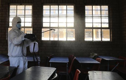 En skole i Johannesburg i Sør-Afrika desinfiseres før elevene kan vende tilbake. Koronanedstengninger har vært et katastrofalt avbrudd i utdanningen til milliarder av barn, advarer FN. Foto: Themba Hadebe / AP / NTB scanpix