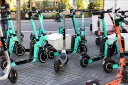 Det er ikke tauet inn en eneste feilparkert elsparkesykkel i Oslo de siste to ukene, etter at de nye elsparkesykkelreglene trådte i kraft. Foto: Jil Yngland / NTB