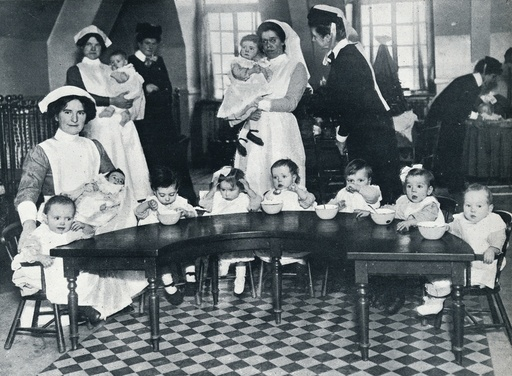 Kingsway Hall Creche for children with fathers at the war and mothers who are working, 1914. Artist: Unknown
