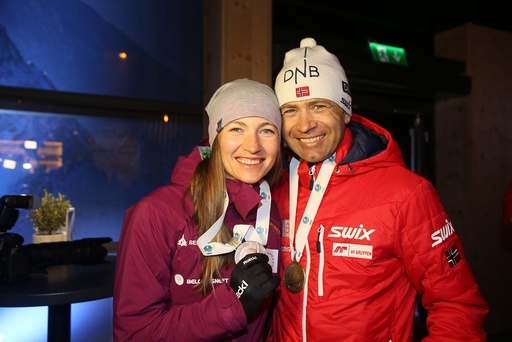 Under medaljesermonien etter at Johannes Thingnes Bø sikret VM-sølv og Ole Einar Bjørndalen bronse etter gullvinner Martin Fourcade under jaktstart, søndag.