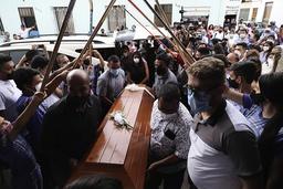 Slektninger og venner bærer kisten til Jacobo Alberto Perez, en av fem unge mennesker som ble drept av uidentifiserte personer i januar i Buga i Colombia. Foto: Juan B. Diaz / AP / NTB
