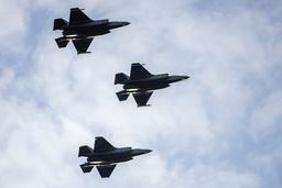 Biden-administrasjonen godkjenner et stort våpensalg til De forente arabiske emirater. Inkludert i avtalen er blant annet flere F-35-kampfly. Her flyr norske F-35 i 2019. Arkivfoto: Håkon Mosvold Larsen / NTB