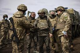 Situasjonen i Øst-Ukraina er spent, og tidligere denne uken var den ukrainske presidenten Volodymyr Zelenskyj (i midten) på besøk ved fronten. Russland avviser søndag at de har planer om å gå til krig mot nabolandet. Foto: AP / NTB