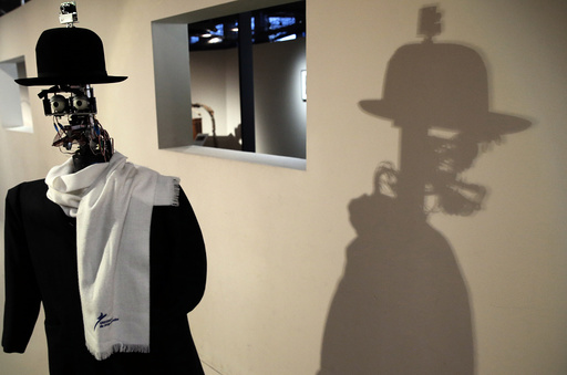 The Berenson robot strolls in the exhibition