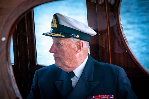 Kong Harald embarkerer kongeskipet Norge.